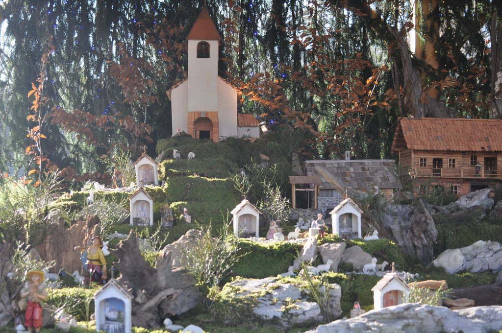 Cerkvica je maketa podružnične cerkve sv. Janeza Krstnika v Gabrju. (Foto: Ted Estes)
