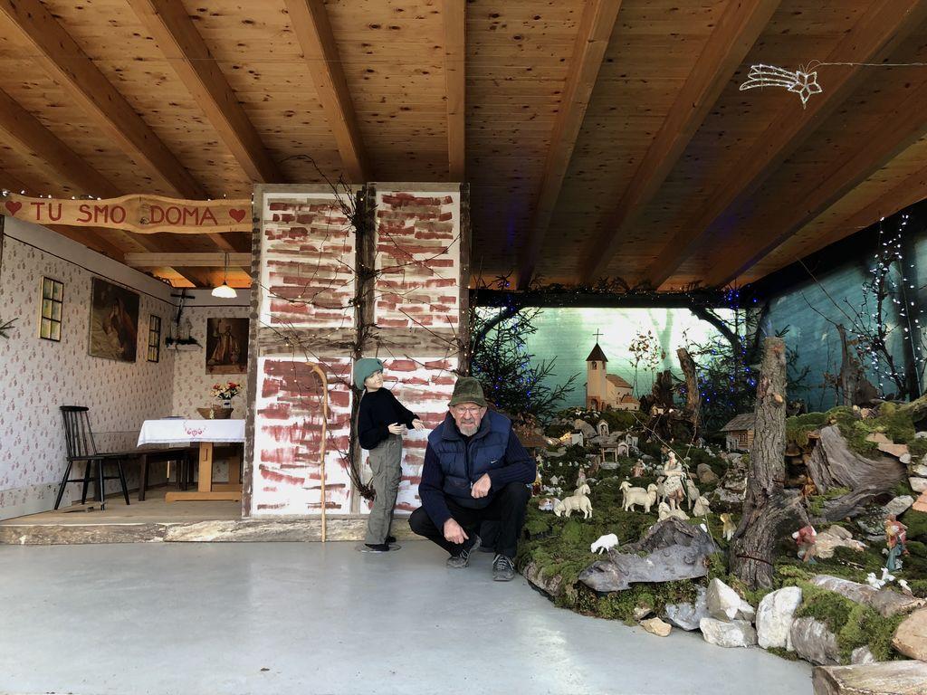 Jasličar Franci Prek ob jaslicah. Foto: Ted Estes