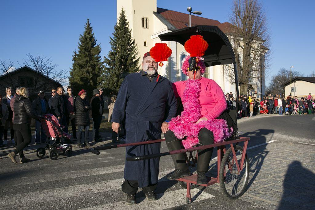 Samuraj vozi flaminga v rikši