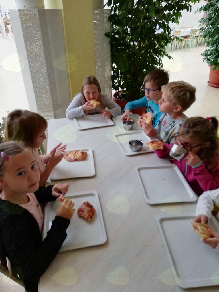 Učenci 2. razreda so pripravili slastno pico.