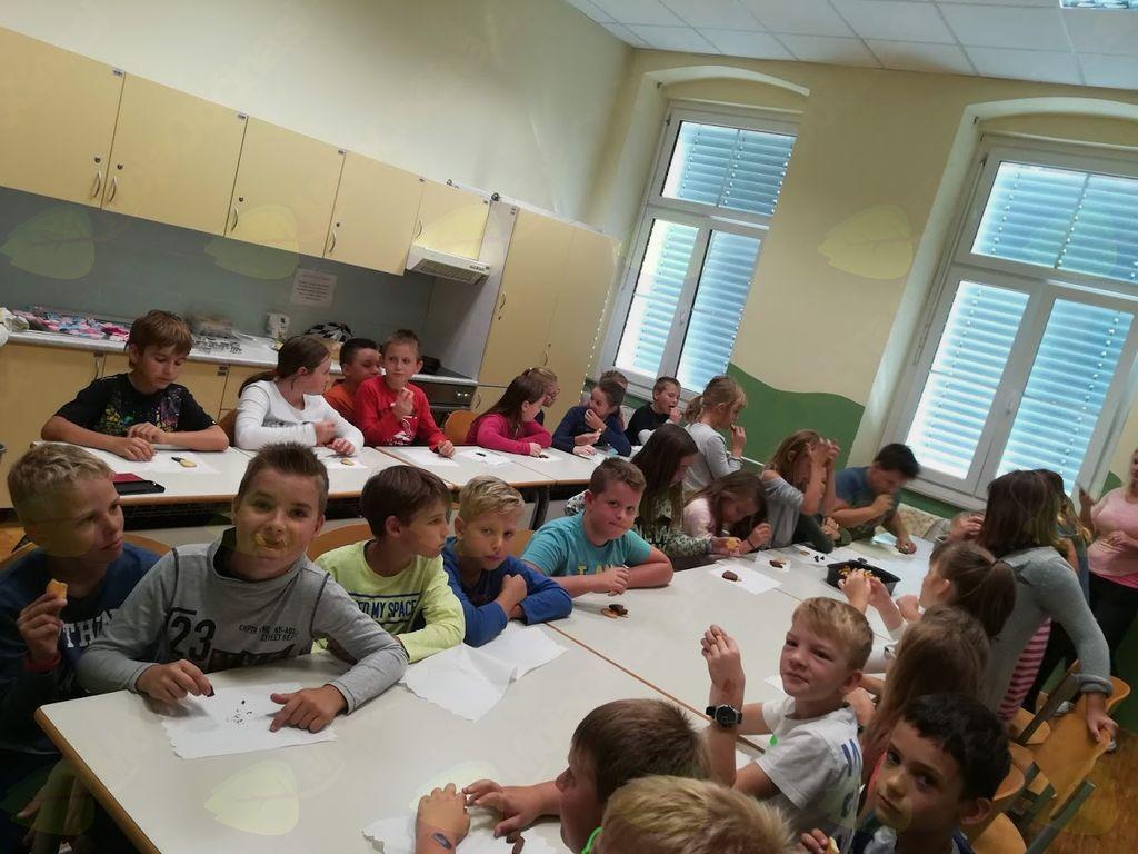 Učenci 4. razreda s pečenimi piškoti