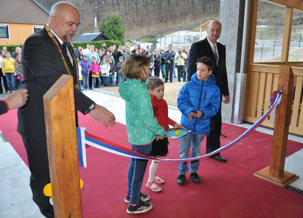 Trak sta ob navzočnosti bovškega župana in ravnatelja OŠ Bovec prerezala učenca Lara Škander in Jan Hozjan.