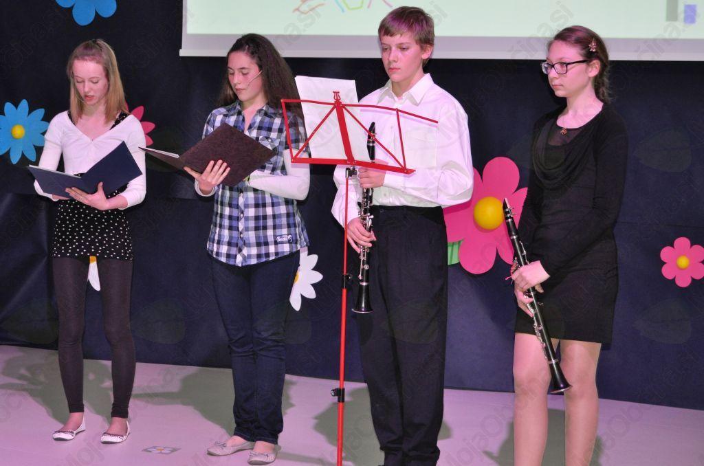 Novi šoli sta se v imenu učencev z recitiranjem pesmi Borisa A. Novaka in Toneta Pavčka poklonili tudi recitatorki Mimi Arcet in Evelin Mlekuž Flajs.