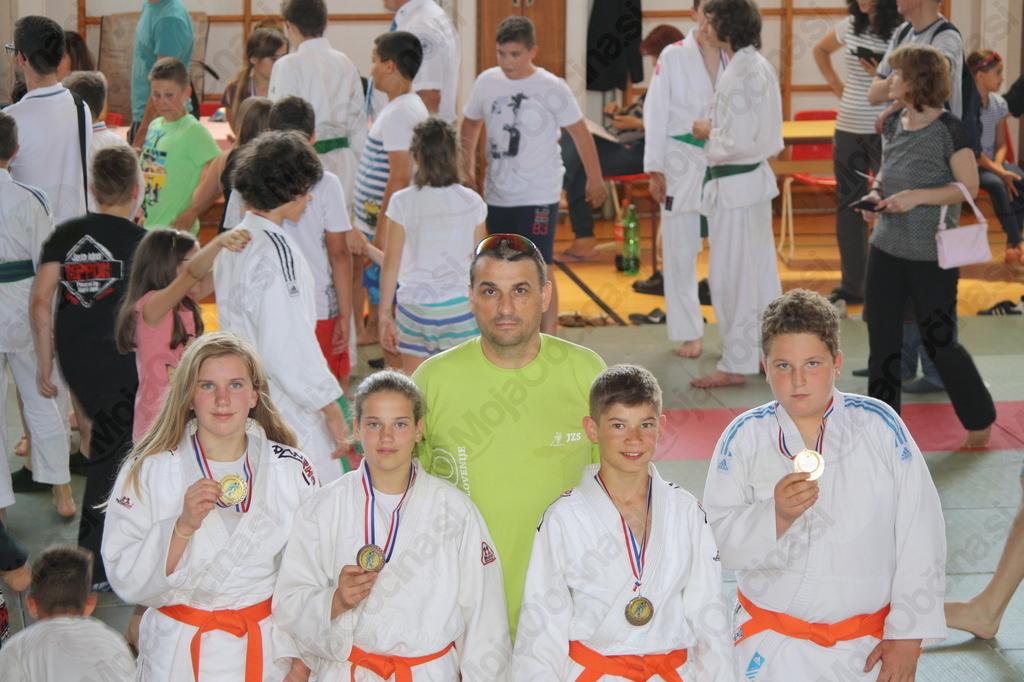 Nosilci medalj v kategoriji U14 skupaj s trenerjem Knafelc Ivanom