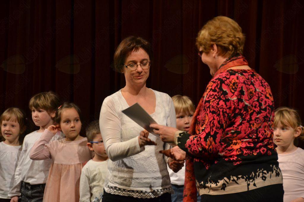 Nataša Bregant Možina, vodja vrhniške JSKD, je vsem vodjem zborov podelila zahvale.