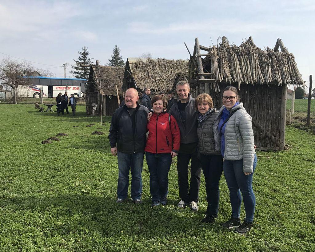 Člani društva Laz na arheološkem najdbišču Gomolava