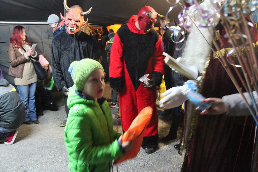 Skromna darila so otroke razveselila.