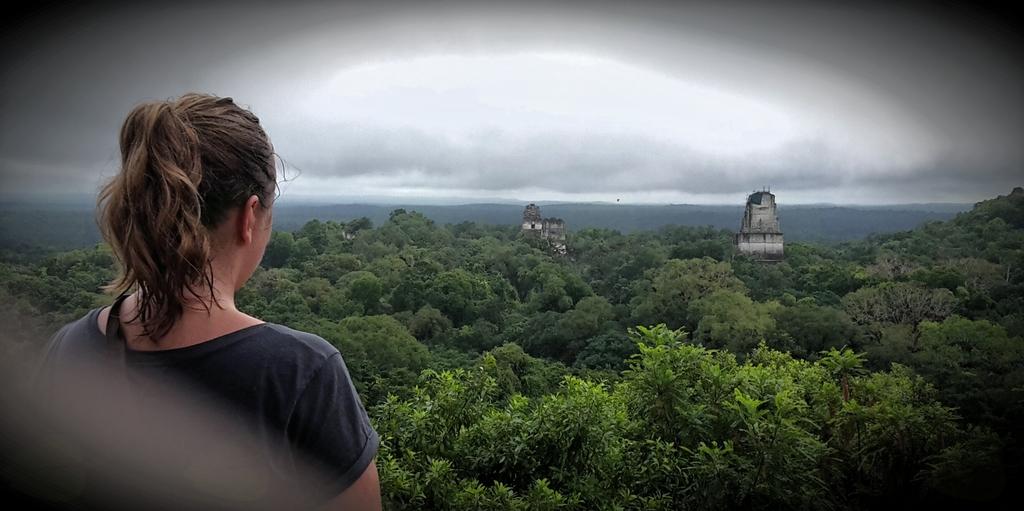 Pogled s Tikala, narodnega parka na severu Gvatemale. »To je pogled z najvišje piramide nad krošnjami pragozda, iz katerega segajo samo vrhovi nekaterih dovolj velikih piramid oziroma templjev,« pravi Ditka.