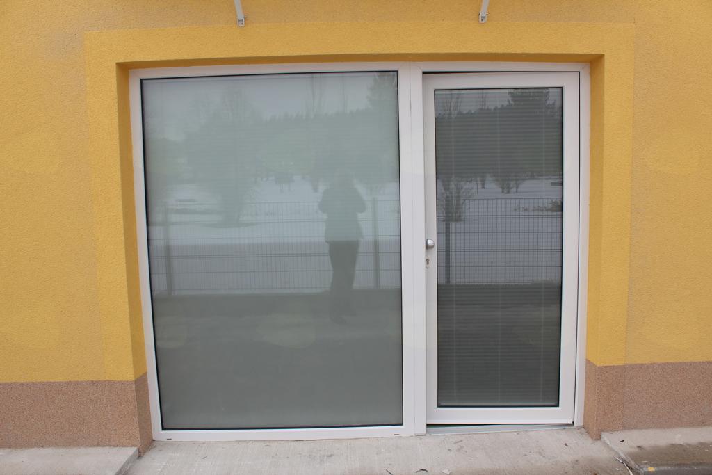 Salon ima tudi stranski vhod oziroma izhod