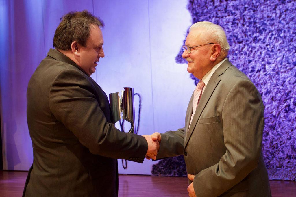 Župan izroča priznanje Jožefu Gregorcu.