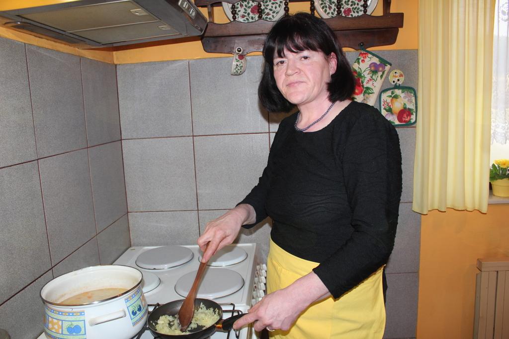 Mira Štokovnik je doma za štedilnikom.
