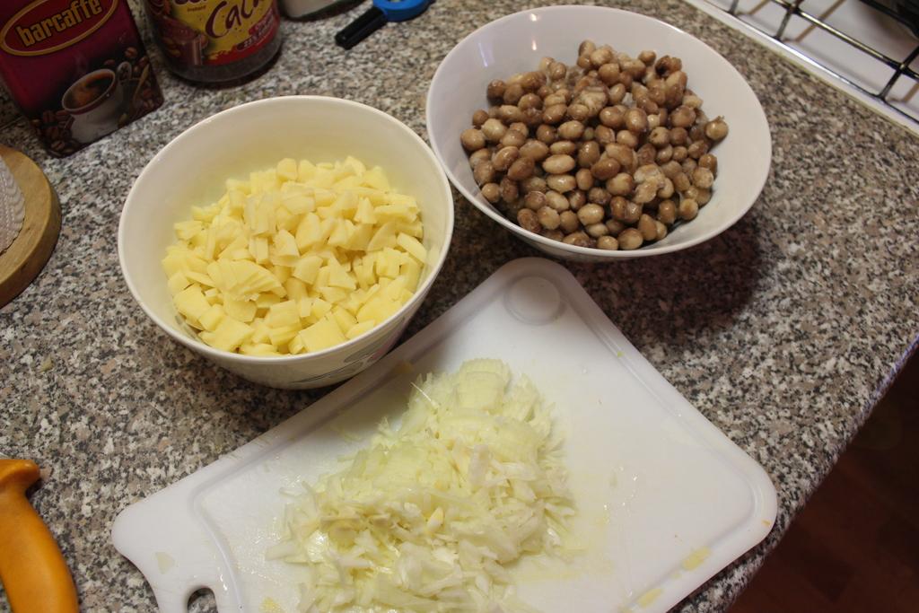 Nasekljana čebula, krompir in fižol