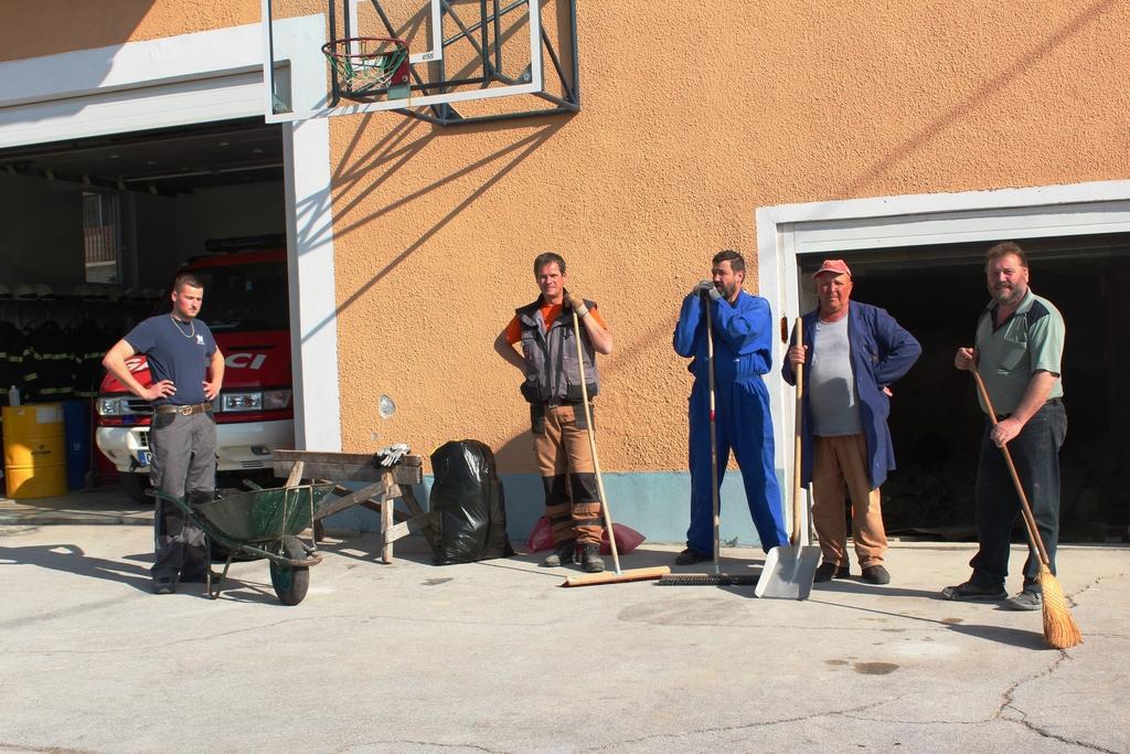 Člani PGD Lemberg med urejanjem okolice gasilskega doma.