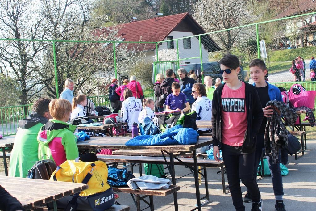 Šolsko dvorišče je postalo kotiček za druženje spremljevalcev tekmovalcev.