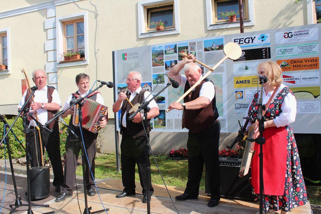 Etno glasbena skupina Vrajeva peč na Folklori na vasi v Novi Cerkvi