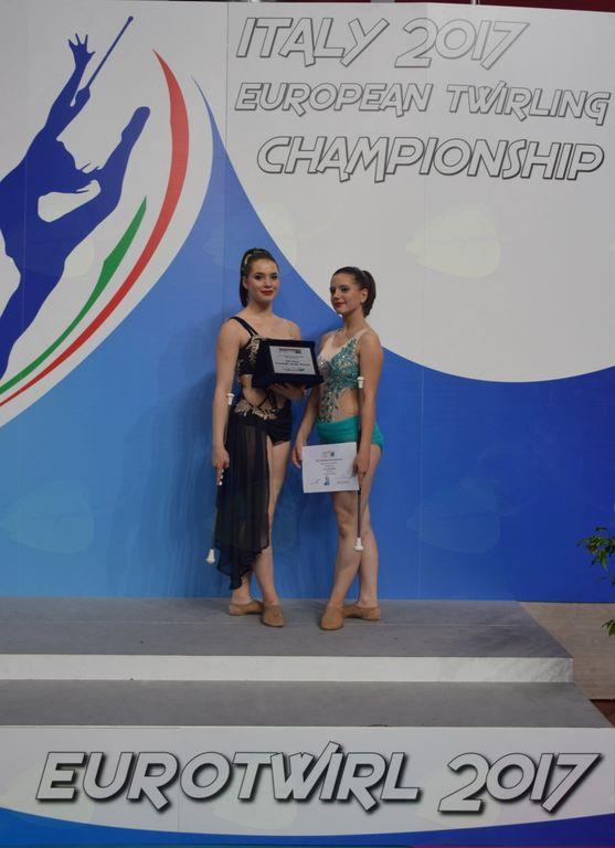 Eva in Nuša z doseženimi diplomami in plaketo