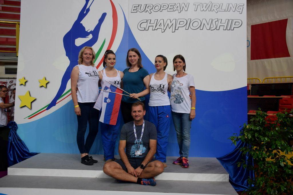 TMK5E ekipa – zgornja vrsta z desne: Ksenija Detiček, Nuša Detiček, trenerka Nastja Keršič, Eva Mlakar, Mojca Keblič, spodaj Rajko Detiček