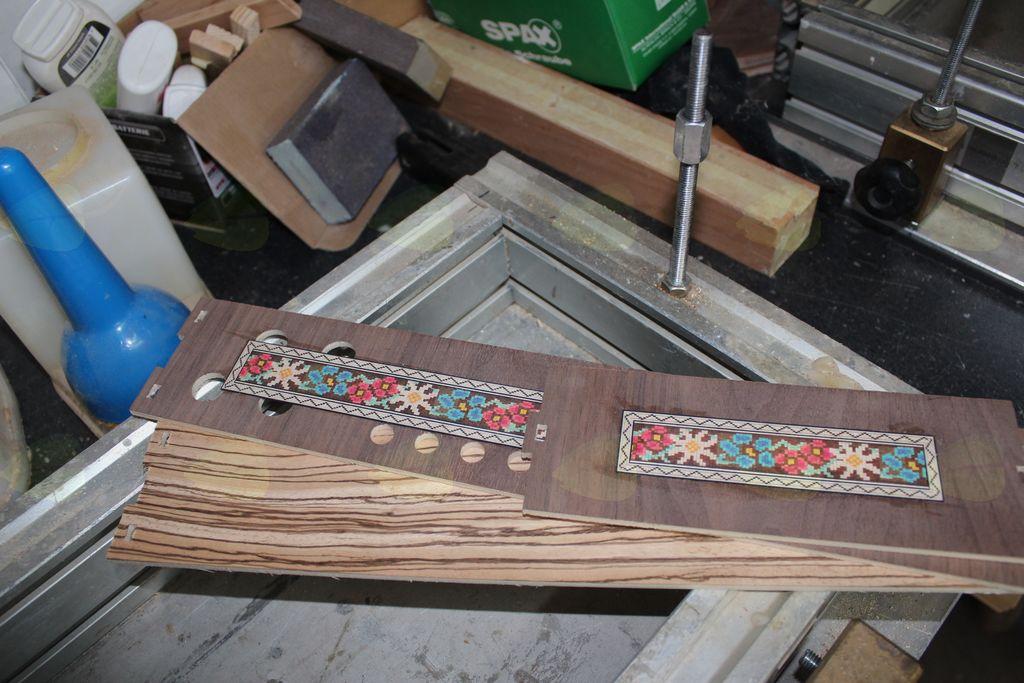 Material, iz katerega izdeluje harmonike, je les.