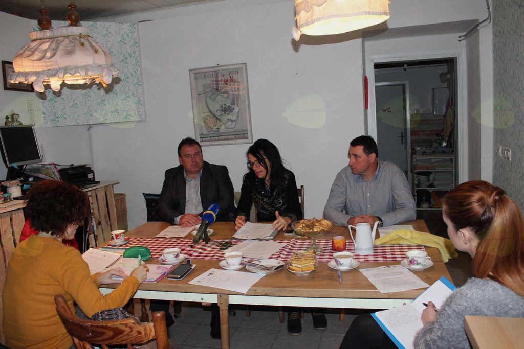 Z novinarske konference »Popravi in ponovno uporabi«