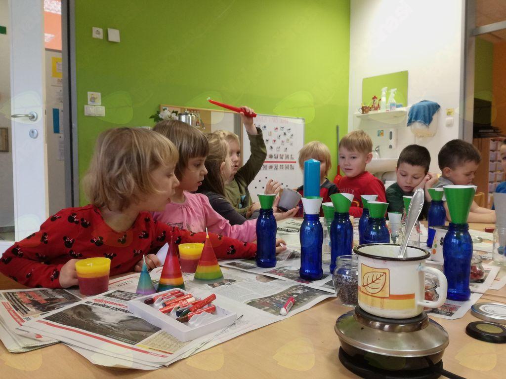 Z opazovanjem, opisovanjem in eksperimentiranjem se otroci učijo sami poiskati odgovore.