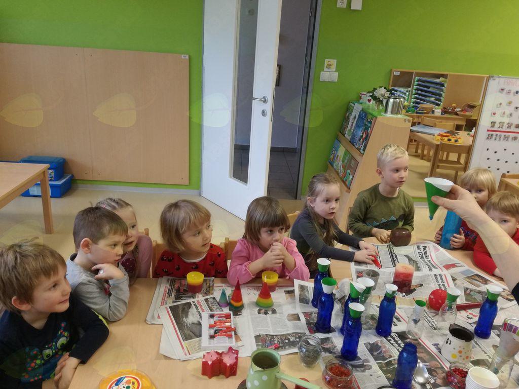 Odrasli otroke spodbujamo in jim dajemo možnosti, da sprašujejo in eksperimentirajo.