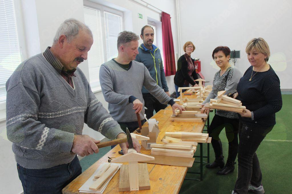 Medgeneracijsko druženje v Novi Cerkvi: izdelovanje krmilnic