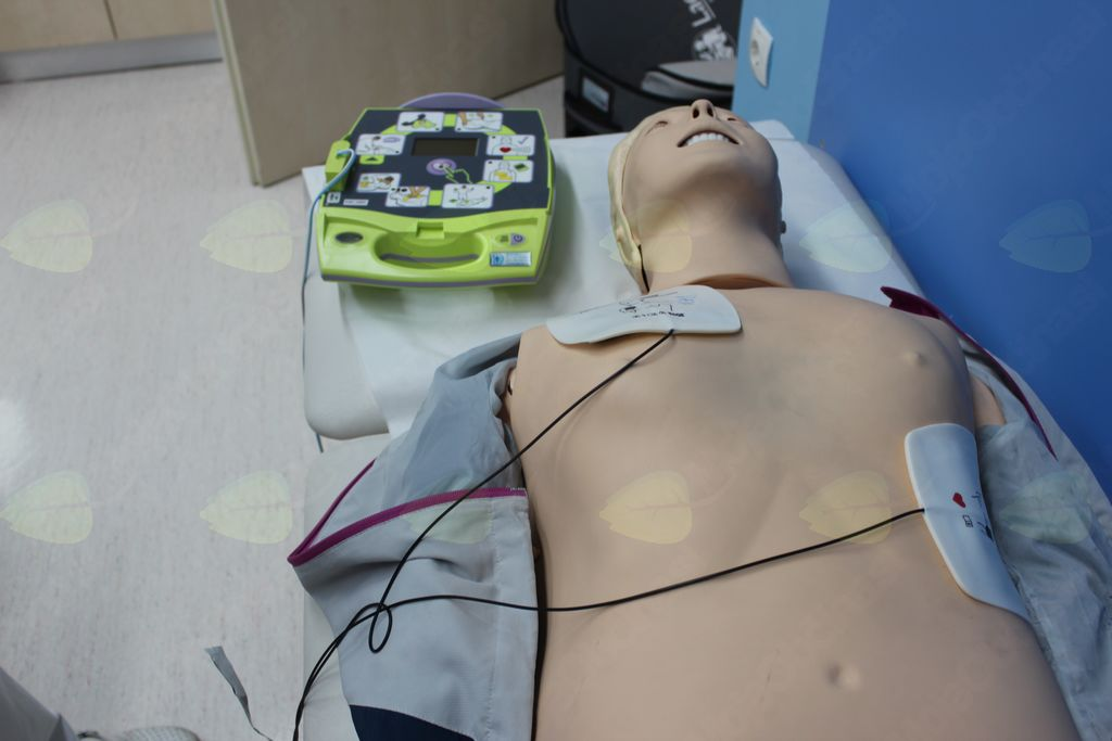 3: Elektrode prilepimo na suh prsni koš.
