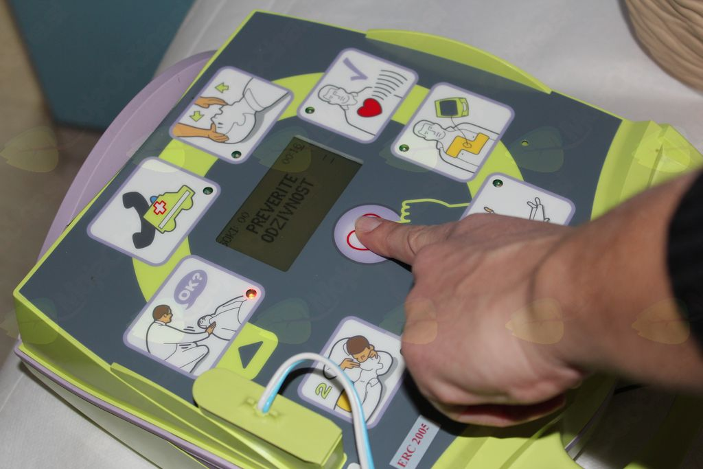 Slika 4: Če je potreben šok, pritisnemo na gumb za defibrilacijo.