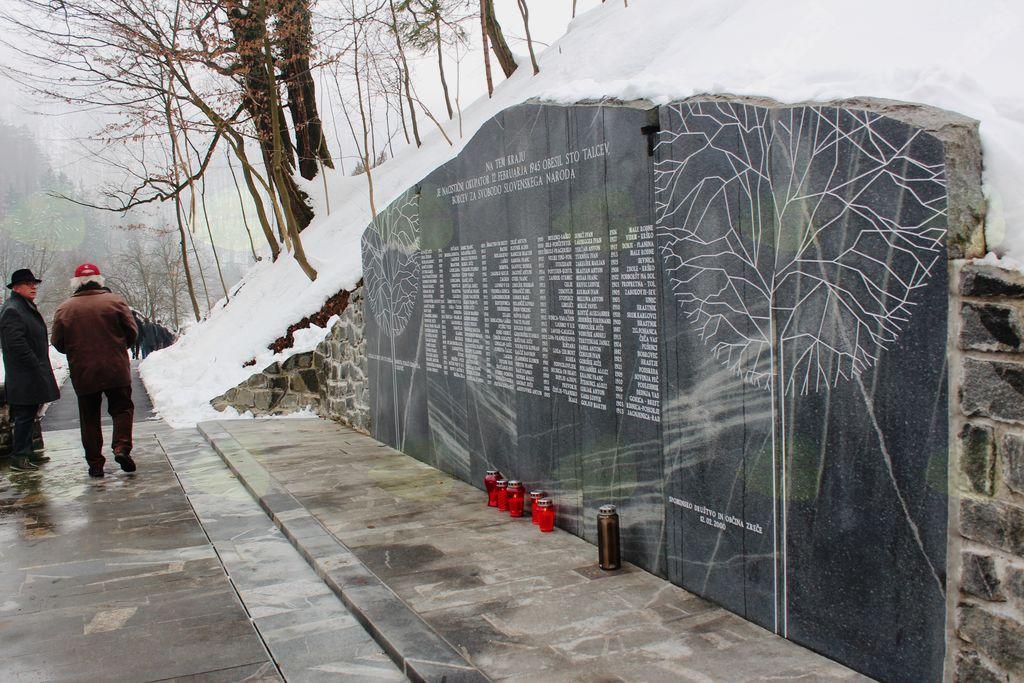 Spominska plošča z imeni žrtev