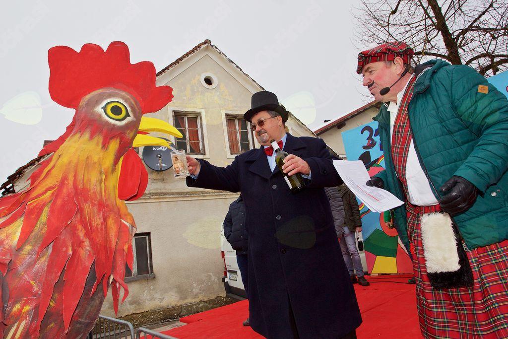 Petelin, simbol karnevala, Slavko Jezernik in povezovalec prireditve Dušan Cafuta