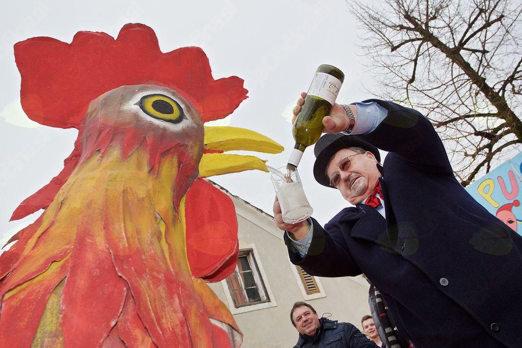 Vodja karnevala Slavko Jezernik in Tomaž Krnjavšek v rdečem petelinu, simbolu karnevala