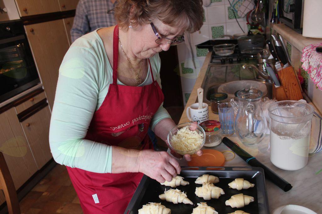 Med dodajanjem sira za iste, ki imajo raje slane rogljiče.