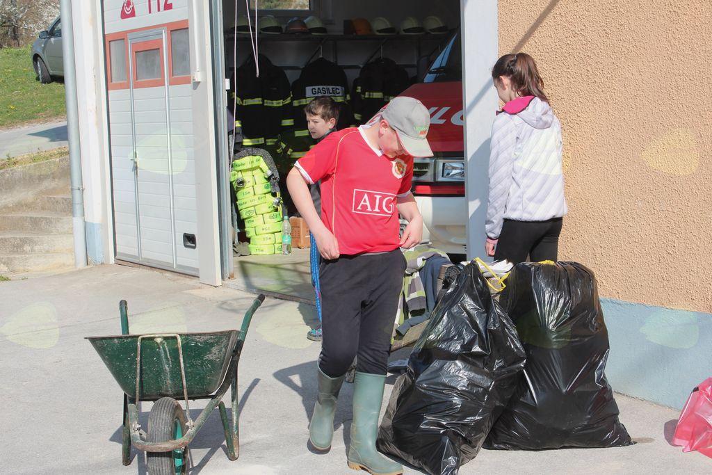 Skupina udeležencev  lanske čistilne akcije v Lembergu.