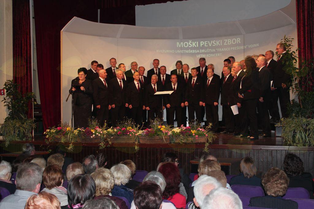 April je mesec v katerem moški pevski zbor KUD France Prešeren vaje spremeni v pripoved in prikaz dela.