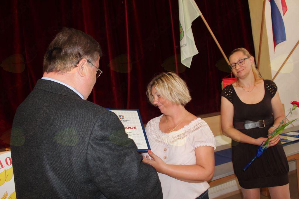 Priznanje Štefke Škoflek je prevzela podpredsednica TD Nova Cerkev Zvezdana Stolec.