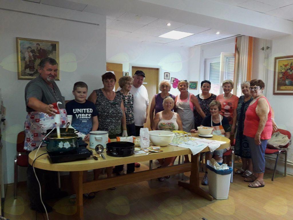 V okviru programa za aktivno življenje in delo smo pripravili delavnico »domača marelična marmelada«.
