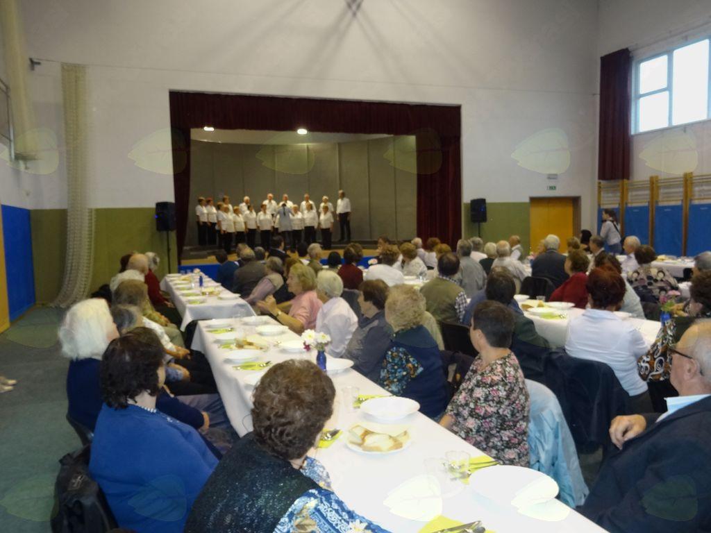 Udeleženci so prisluhnili ubrani pesmi.