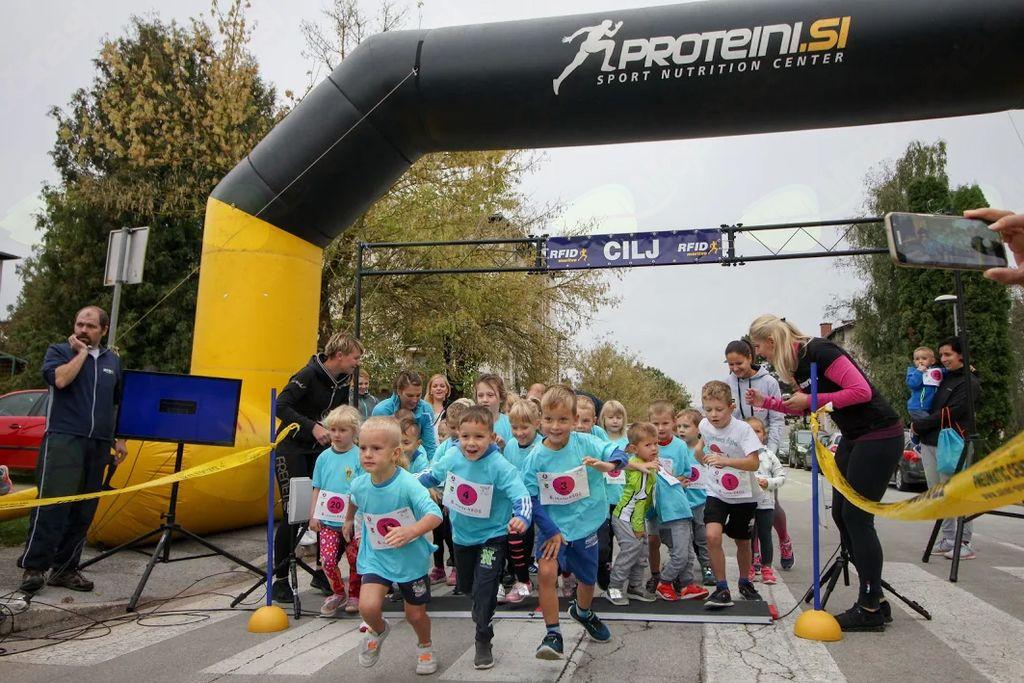 Teka se je udeležilo 148 tekačev, kar 60 otrok in 88 odraslih.