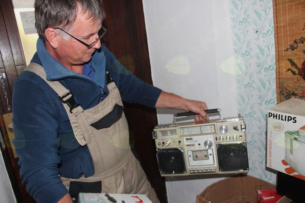 Martin Korošec opravlja delo diagnostika zavržene opreme.