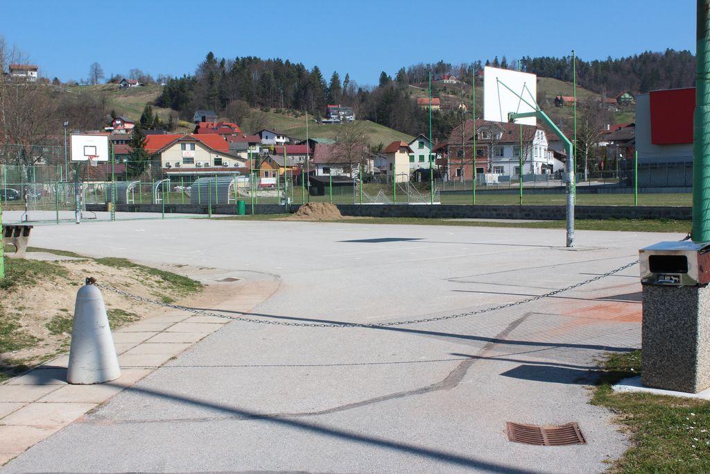 Javna igrišča so prazna.