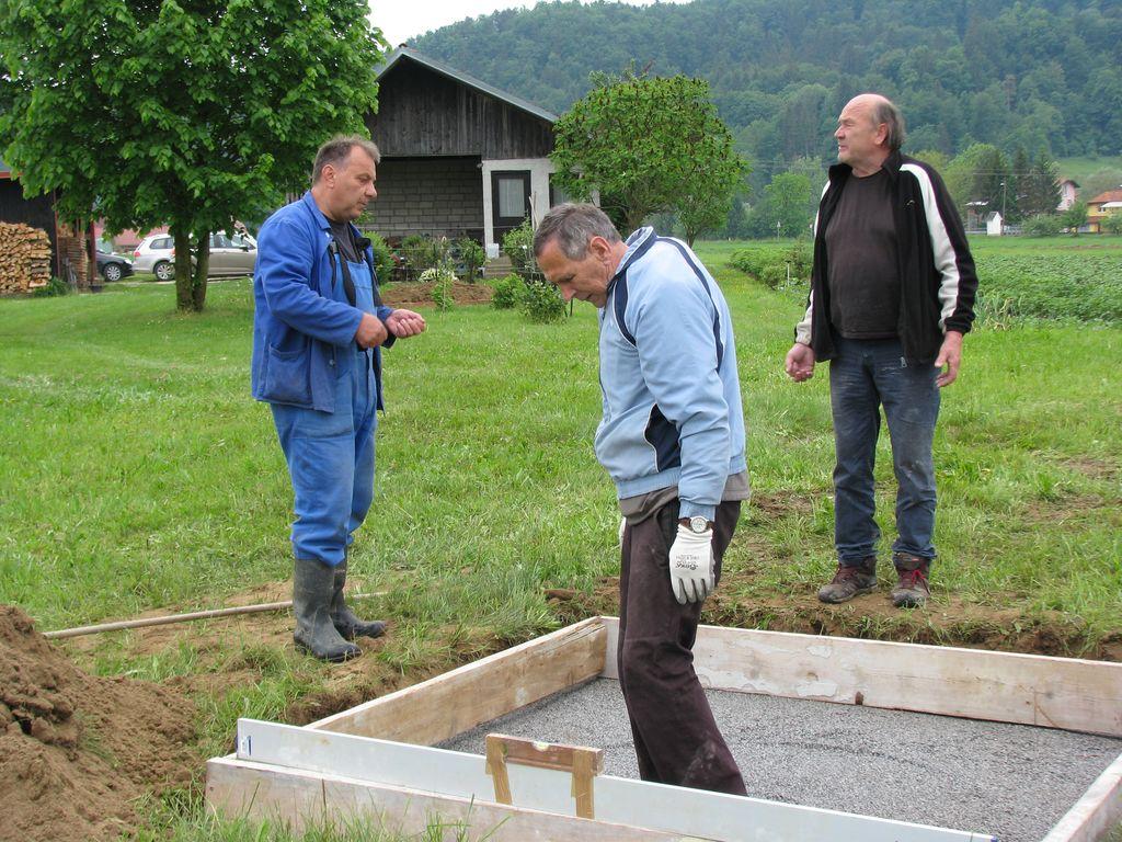 Temeljna plošča za novi učni čebelnjak v Novi Cerkvi je pripravljena