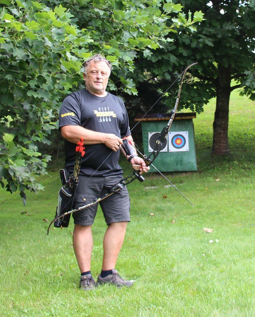 Samov trening na domači zelenici, kjer izstreli od 100 do 300 puščic na dan.