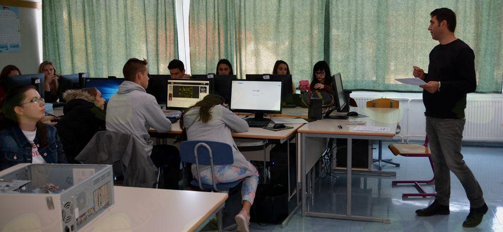 Učitelj angleščine iz turškega mesta Adana, Cihangir Yildiz, med uro z dijaki iz petih držav.
