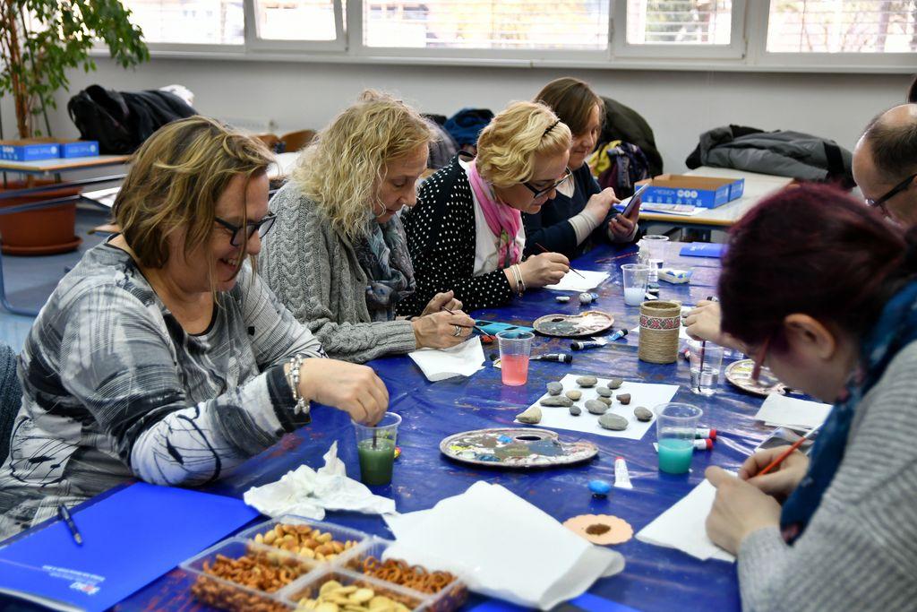 Učitelji iz petih držav so se zavzeto lotili barvanja kamenčkov.