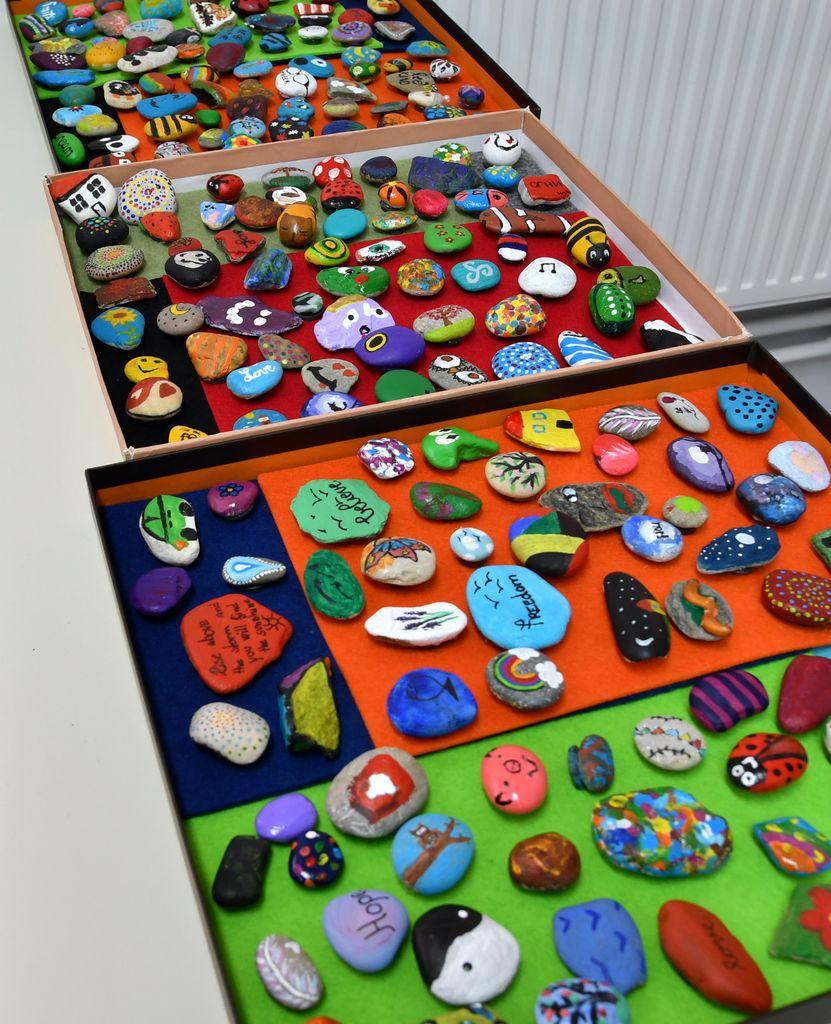 Na delavnici je nastalo veliko domiselno pobarvanih in popisanih kamenčkov.