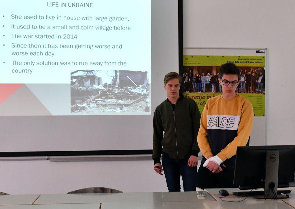 Slovaška dijaka predstavljata zgodbo ukrajinske begunke.