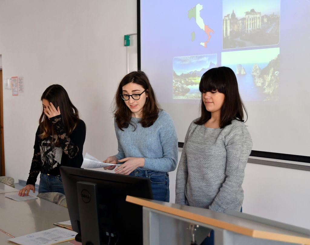 Italijanske dijakinje predstavljajo svojo domovino.