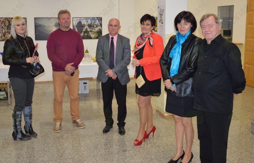 Jiří Hastík, slikar (na sliki skrajno desno) se je poleg Radovana Langerja prav tako udeležil svečanega odprtja razstave