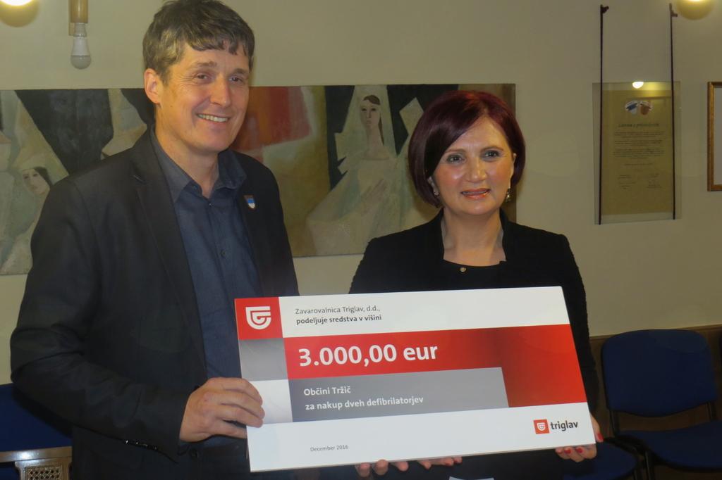 Janka Planinc, direktorica OE Kranj Zavarovalnice Triglav je predala ček tržiškemu županu mag. Borutu Sajovicu (foto Media butik)