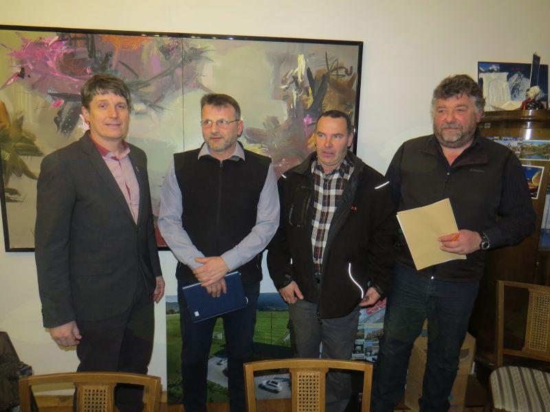 župan mag. Borut Sajovic, Mladen Novkovič (NK Tržič 2012), Anton Dobre in Janez Rotar (izvajalca del) – od leve proti desni (foto Media butik)